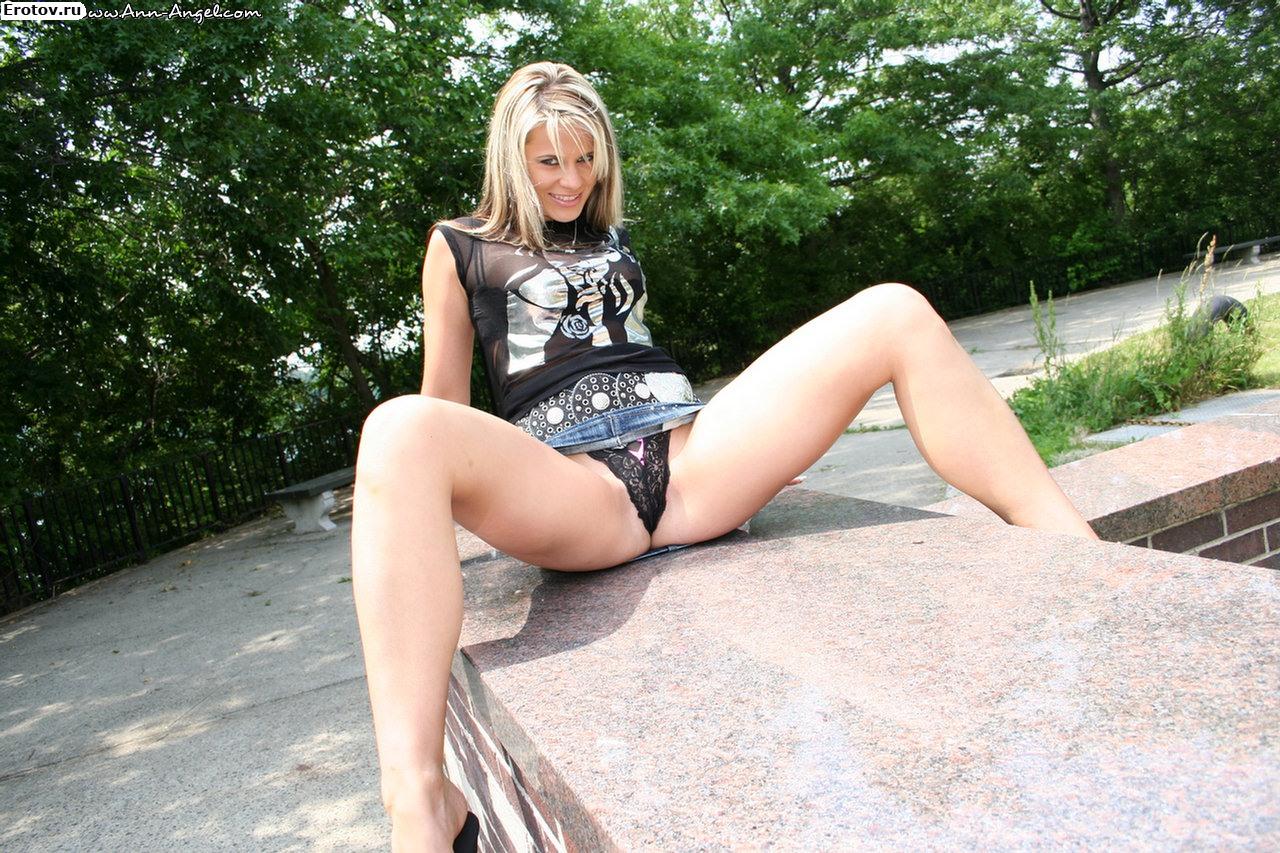 Секса телки в трусиках с раздвинутыми ногами русский